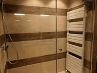 Restyling van een badkamer: moderne Badkamer door Sfeerontwerp
