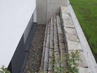 Obwohl das Haus ganz modern ist mit klaren Linien wollten die Auftraggeber einen Garten, der ganz naturhaft sein sollte.:   von KAISER + KAISER - Visionen für Freiräume GbR