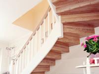Hochwertige Verarbeitung: moderner Flur, Diele & Treppenhaus von STREGER Massivholztreppen GmbH
