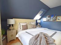 Kleines Schlafzimmer in dunkelblau: klassische Schlafzimmer von Homemate GmbH