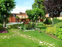 Realizzazione giardino privato in una villa a Brescia: Giardino in stile in stile Moderno di Quartiere Fiorito