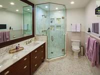 Stylish Washroom: modern Bathroom by home makers interior designers & decorators pvt. ltd.