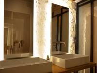 Transformation d'un moulin à eau: Salle de bain de style de style Moderne par Plus Architectes