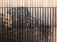Extension bois à Tresses: Maisons de style de style Moderne par Plus Architectes