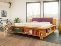 Bibliothken-Bett aus massivem Erlenholz mit gepolstertem Kopfteil:   von LIGNUM Schreinerei GmbH