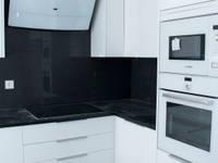 B & W: Cozinhas embutidas  por ORCHIDS LOFT