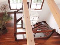 Füllung aus Glas: moderner Flur, Diele & Treppenhaus von STREGER Massivholztreppen GmbH