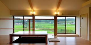 世羅の家: 宮崎環境建築設計が手掛けたリビングです。