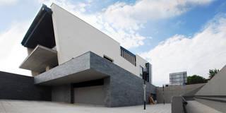 Nuevo edificio de servicios públicos en el Parque Coímbra :  de estilo  de Javier Garcia Alda arquitecto