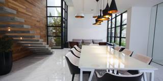 Residencia EF: Salas de jantar minimalistas por Studio Zaav
