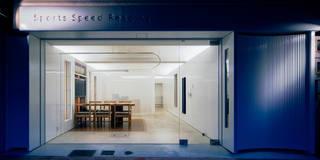 本を積んだような外観: UZUが手掛けたオフィススペース&店です。