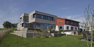 Hangansicht: moderne Häuser von Kauffmann Theilig & Partner, Freie Architekten BDA