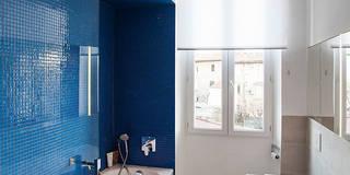Une niche éclairée de mosaïque bleue apporte un caractère intimiste au moment du bain: Salle de bain de style de style Moderne par Charlotte Raynaud Studio