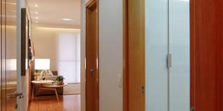 Pasillos, vestíbulos y escaleras de estilo  por Camila Tannous Arquitetura & Interiores