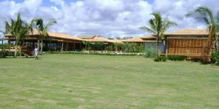 CASA TRANCOSO.BAHIA.BRASIL: Jardins tropicais por Línea Paisagismo.Claudia Muñoz
