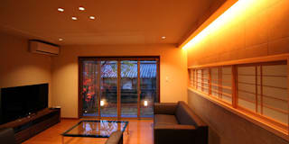 嵯峨二尊院の家: 株式会社ローバー都市建築事務所が手掛けたリビングです。