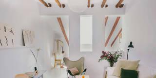 Buhardilla zona Malasaña, Madrid 2015: Salones de estilo mediterráneo de nimú equipo de diseño