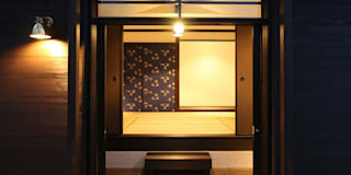 シンメトリーな格調高い玄関: 安井正/クラフトサイエンスが手掛けた窓です。