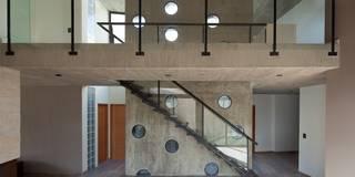  VIVIENDA UNIFAMILIAR K.G. : Pasillos, vestíbulos y escaleras de estilo  por DMS Arquitectura