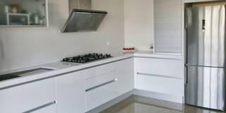 Cocina en acabado estratificado blanco brillo con sistema gola: Cocinas de estilo minimalista de Cocinasconestilo.net