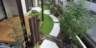 garden O-hause.〈門柱+アプローチ〉: フラワーチルドレン(Flower children )が手掛けた庭です。