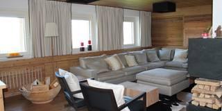 Einfamilienhaus im Chalet-Stil: landhausstil Wohnzimmer von room architecture