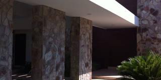 casa 240: Casas de estilo moderno por Hussein Garzon arquitectura