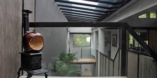 Casa GS: Pasillo, hall y escaleras de estilo  por Iluminarq
