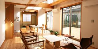 連続する居間・食堂・和室: 遠藤浩建築設計事務所 H,ENDOH  ARCHTECT  &  ASSOCIATESが手掛けたリビングです。