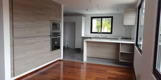 Biasazza: Cocinas de estilo moderno por InteriorEs Silvana McColgan