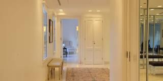 Pasillos, vestíbulos y escaleras de estilo moderno de JUNOR ARQUITECTOS