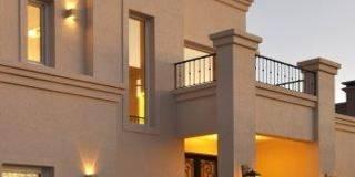 frente: Casas de estilo clásico por Parrado Arquitectura