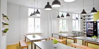 Simplesurance GmbH: moderne Küche von Sabine Oster Architektur & Innenarchitektur (Sabine Oster UG)