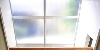 旗竿敷地のな家: ユミラ建築設計室が手掛けた玄関/廊下/階段です。