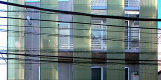 スクリーンで街とつながる: ユミラ建築設計室が手掛けた家です。