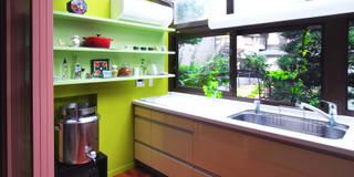 既存の温室を明るいキッチンに: ユミラ建築設計室が手掛けたキッチンです。