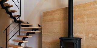 版築壁と薪ストーブ: 株式会社seki.designが手掛けた壁&フローリングです。