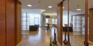 Входной холл, раскрытый в гостиную-столовую: Коридоры, прихожие, лестницы в . Автор – Format A5 Fontanka