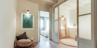 Pasillos, vestíbulos y escaleras de estilo  por Lara Pujol  |  Interiorismo & Proyectos de diseño