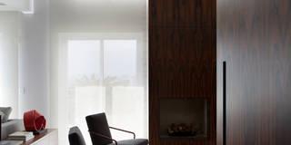 Salas de estilo moderno por Antônio Ferreira Junior e Mário Celso Bernardes