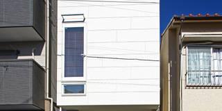 住宅密集地にスッキリと立つファサード: アトリエハコ建築設計事務所/atelier HAKO architectsが手掛けた家です。
