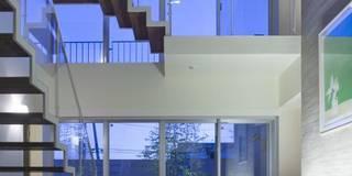 modern Corridor, hallway & stairs by 有限会社 橋本設計室
