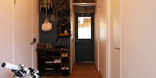 本屋と食堂: nuリノベーションが手掛けた玄関/廊下/階段です。