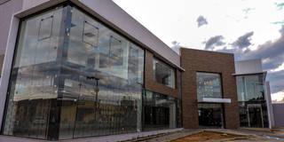 Kantor & toko by Cecyn Arquitetura + Design