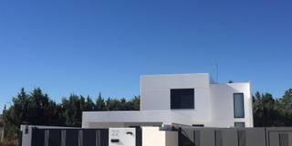 Cerramiento de hormigón blanco con impresión de número en hormigón: Casas de estilo moderno de MODULAR HOME