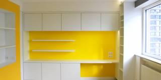 L'espace bureau prend place dans un mur épais offrant un large volume de rangements: Bureau de style de style Moderne par 3B Architecture