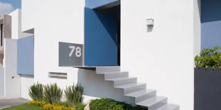 ACCESO PRINCIPAL: Casas de estilo moderno por NAME Arquitectos