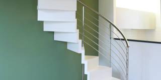 Salas de estar modernas por Architetto Luigi Pizzuti