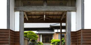 長屋門からの外観: アトリエきらら一級建築士事務所が手掛けたです。