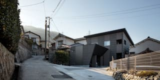 「呉の家Ⅱ」 光と風を取り込むため中庭と屋根上のウッドデッキ: 有限会社アルキプラス建築事務所が手掛けた家です。